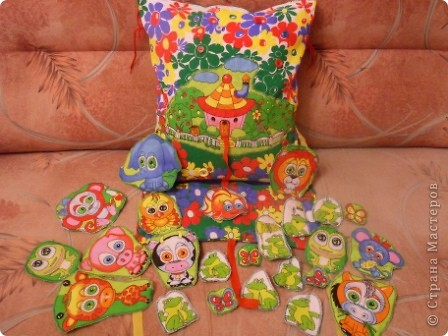 """Развивающая подушка для маленьких детей от 2-х до4-х лет. С двух сторон картинки. Прищиты пуговицы, шнурки и тесемки. Это одна сторона """"Веселые лягушата"""". фото 12"""