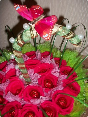 В выходные моя свекровь идет на юбилей к подруге. Сказала что живых цветов будет много, а вот таких букетов точно не будет. Купила корзиночку-зонтик и сделала букетик из 19 роз. Надеюсь все останутся довольны. фото 4