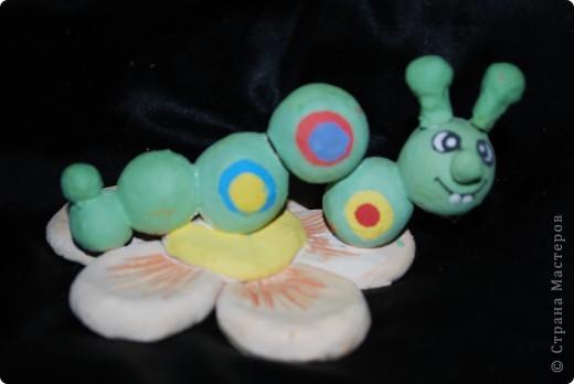 Гусеница из шариков - делают детки первого года занятий фото 1