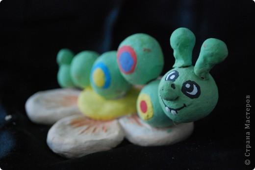 Гусеница из шариков - делают детки первого года занятий фото 2