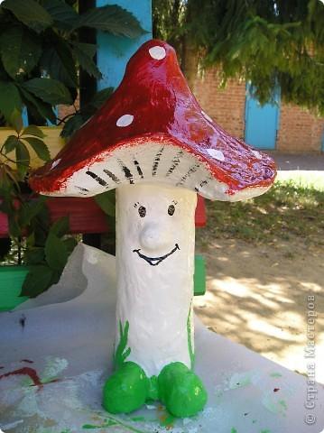 Решила выставить фигурки, которые я делала для украшения площадок в детском саду.Это колобок- самая первая моя работа в этой технике. Лиса правда готовая фигурка была, но колобок ей кстати пришёлся. фото 2