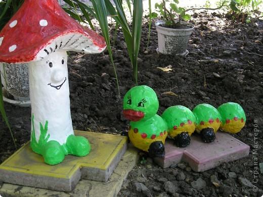 Решила выставить фигурки, которые я делала для украшения площадок в детском саду.Это колобок- самая первая моя работа в этой технике. Лиса правда готовая фигурка была, но колобок ей кстати пришёлся. фото 3