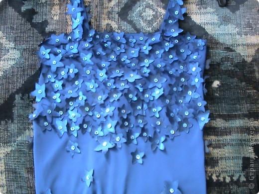 Из накрохмаленой ткани было вырезано более 600 цветочков. фото 1
