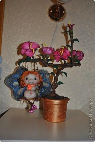 Помните МК цветов из капрона? А вот и продолжение. Цветы собрала в один цветок и на нём вдруг поселилась бабочка. Сделала по мативам pawy. Спасибо за Ваши идеи, Елена. фото 1
