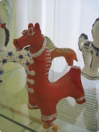 В нашем городе проходит выставка прикладного творчества. Эти работы выполнены ученицами моего класса, под руководством учителя ИЗО. На первом плане филимоновская игрушка фото 11