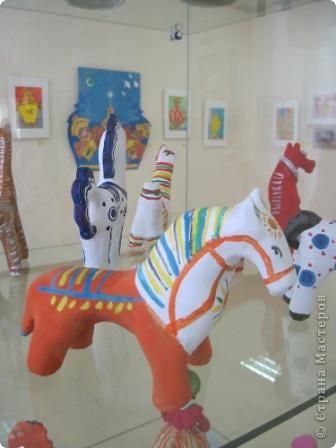В нашем городе проходит выставка прикладного творчества. Эти работы выполнены ученицами моего класса, под руководством учителя ИЗО. На первом плане филимоновская игрушка фото 1