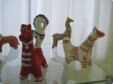 В нашем городе проходит выставка прикладного творчества. Эти работы выполнены ученицами моего класса, под руководством учителя ИЗО. На первом плане филимоновская игрушка фото 9