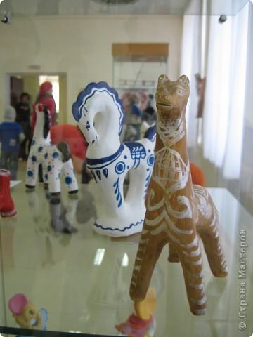 В нашем городе проходит выставка прикладного творчества. Эти работы выполнены ученицами моего класса, под руководством учителя ИЗО. На первом плане филимоновская игрушка фото 7
