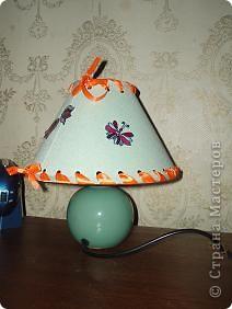 вот такую лампочку мы соорудили буквально за 15 минут. абажур оторвался от каркаса, и нижний обод тоже держался на честном слове. берем  дырокол, пробиваем отверстия сравнительно равномерно. фото 1