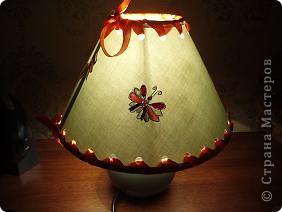 вот такую лампочку мы соорудили буквально за 15 минут. абажур оторвался от каркаса, и нижний обод тоже держался на честном слове. берем  дырокол, пробиваем отверстия сравнительно равномерно. фото 4