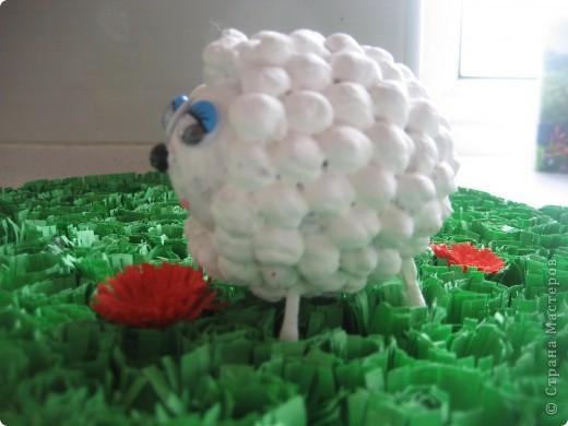 Семья . Основа яичная скорлупа. На клей пистолет, наклеили турецкий горох для больших овечек и серый горох для маленького сыночка. Ушки, хвостик и копыка из ватных палочек. фото 4