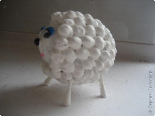 Семья . Основа яичная скорлупа. На клей пистолет, наклеили турецкий горох для больших овечек и серый горох для маленького сыночка. Ушки, хвостик и копыка из ватных палочек. фото 13