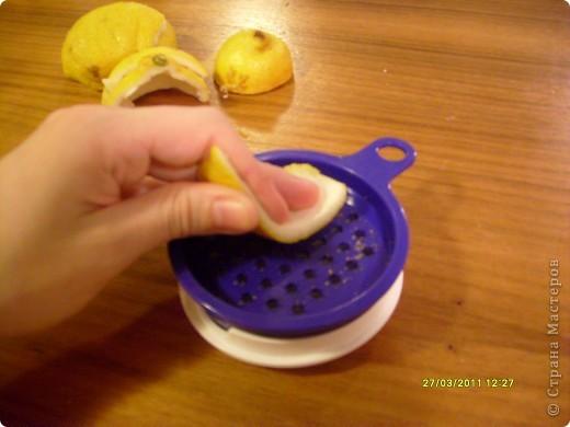 Люблю разные натуральные добавки в мыле, но иногда слишком крупные кусочки, например цедры, могут мешать. Но эту проблему можно легко решить, сделав скрабящее вещество из нее. Для этого необходимы: цедра лимона, апельсина (на ваш вкус) и терка. фото 2