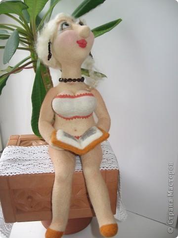 Джульетта Леопольдовна на курорте. Любит читать женские романы. Ростом прим.30 см. 100% шерсть, глаза-пластик, тесьма, гранат, бисер. фото 1