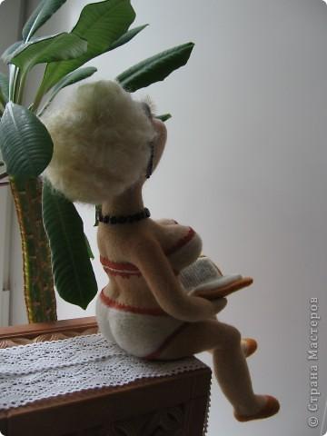 Джульетта Леопольдовна на курорте. Любит читать женские романы. Ростом прим.30 см. 100% шерсть, глаза-пластик, тесьма, гранат, бисер. фото 2