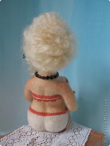 Джульетта Леопольдовна на курорте. Любит читать женские романы. Ростом прим.30 см. 100% шерсть, глаза-пластик, тесьма, гранат, бисер. фото 3