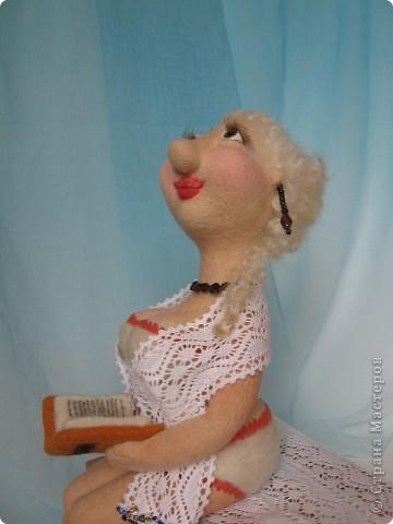 Джульетта Леопольдовна на курорте. Любит читать женские романы. Ростом прим.30 см. 100% шерсть, глаза-пластик, тесьма, гранат, бисер. фото 4