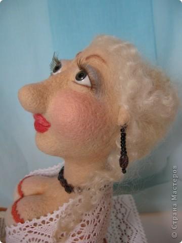 Джульетта Леопольдовна на курорте. Любит читать женские романы. Ростом прим.30 см. 100% шерсть, глаза-пластик, тесьма, гранат, бисер. фото 5