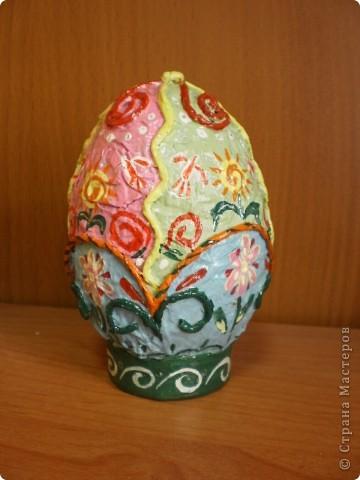 основа- пластиковое яйцо, обклеено туалетной бумагой, покрашено гуашью и покрыто лаком фото 1