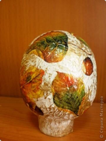 основа- пластиковое яйцо, обклеено туалетной бумагой, покрашено гуашью и покрыто лаком фото 2