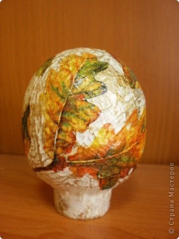 основа- пластиковое яйцо, обклеено туалетной бумагой, покрашено гуашью и покрыто лаком фото 3