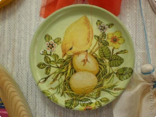 основа- пластиковое яйцо, обклеено туалетной бумагой, покрашено гуашью и покрыто лаком фото 4