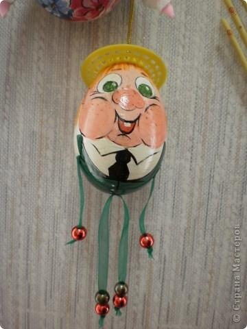 основа- пластиковое яйцо, обклеено туалетной бумагой, покрашено гуашью и покрыто лаком фото 7
