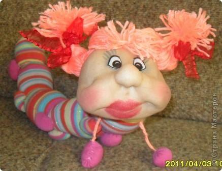 Сегодня на полочке внучка нашла головку куколки. Поинтересовалась, кто это будет. я ей ответила что эта кукла не получилась. Она страшно удивилась и сказала ведь это гусеничка . Говорю что у меня нет носочка для тела. Не прошло 2 минуты несёт свои калготы.Такие подойдут они мне малы. Говорю что мне совсем некогда. Так и уснул ребёнок обиженным.А сейчас когда все уснули мне на глаза опять попалась эта головка. Смотрю и правда гусеничка.Поискала в Стране Мастеров,нашла у Елены Аржановой и работа пошла. фото 1