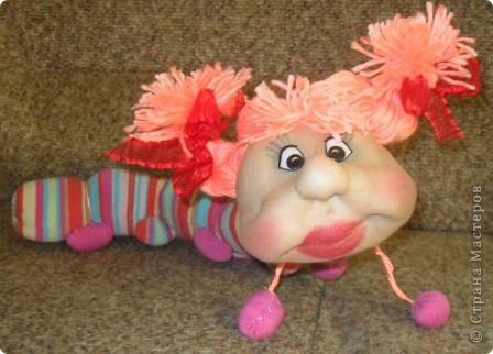 Сегодня на полочке внучка нашла головку куколки. Поинтересовалась, кто это будет. я ей ответила что эта кукла не получилась. Она страшно удивилась и сказала ведь это гусеничка . Говорю что у меня нет носочка для тела. Не прошло 2 минуты несёт свои калготы.Такие подойдут они мне малы. Говорю что мне совсем некогда. Так и уснул ребёнок обиженным.А сейчас когда все уснули мне на глаза опять попалась эта головка. Смотрю и правда гусеничка.Поискала в Стране Мастеров,нашла у Елены Аржановой и работа пошла. фото 2