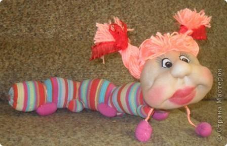 Сегодня на полочке внучка нашла головку куколки. Поинтересовалась, кто это будет. я ей ответила что эта кукла не получилась. Она страшно удивилась и сказала ведь это гусеничка . Говорю что у меня нет носочка для тела. Не прошло 2 минуты несёт свои калготы.Такие подойдут они мне малы. Говорю что мне совсем некогда. Так и уснул ребёнок обиженным.А сейчас когда все уснули мне на глаза опять попалась эта головка. Смотрю и правда гусеничка.Поискала в Стране Мастеров,нашла у Елены Аржановой и работа пошла. фото 4