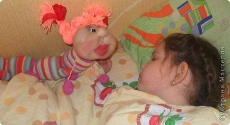 Сегодня на полочке внучка нашла головку куколки. Поинтересовалась, кто это будет. я ей ответила что эта кукла не получилась. Она страшно удивилась и сказала ведь это гусеничка . Говорю что у меня нет носочка для тела. Не прошло 2 минуты несёт свои калготы.Такие подойдут они мне малы. Говорю что мне совсем некогда. Так и уснул ребёнок обиженным.А сейчас когда все уснули мне на глаза опять попалась эта головка. Смотрю и правда гусеничка.Поискала в Стране Мастеров,нашла у Елены Аржановой и работа пошла. фото 5