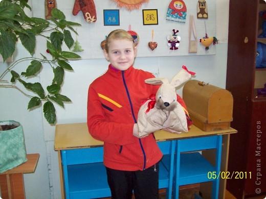 Настя Кривосилова со своей игрушкой-подушкой кролик. После этой подушки она ещё трех таких сшила. Всем близким ей хотелось подарить и хоть одного себе оставить. фото 1