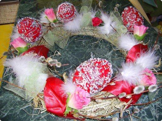 Почему на Рождество делают венки для украшения дома, а на Пасху - нет? Надо испрвить неспрведливость! Купила в зоомагазине пакетик сена для кроликов, связала ниткой, добавив прошлогодние веточки вербы. А потом - все, что найдете дома подходящего: розочки, ленточки, перышки, кусочки ткани и т.п. фото 3