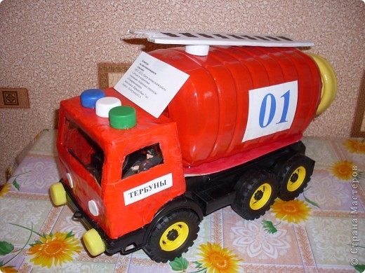 пожарная машина(папье - маше и пластиковая бутылка) фото 1