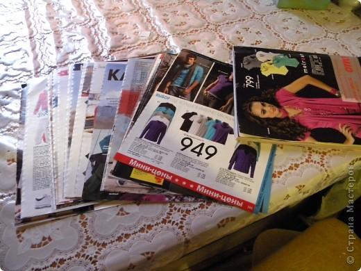 В последнее время мои салфетки очень мне мешаются, хранить их толком негде, а накопилось их достаточное количество, так что очень остро встал вопрос о том, чтобы их как-то хранить все в одном месте и максимально компактно. И тогда подумалось, что может быть из журналов старых что-нибудь сплести... Насмотрелась мастер-классов, взяла спицу... и через пару часов сдалась. Трубочки никак не получаются, все какие-то разные получаются, то толстые, то тонкие, то рвутся... В общем, я поняла, что плетение из трубочек - это не мое. Недавно видела здесь еще другой мастер-класс, но ссылку на него никак не могу найти... Поэтому расскажу, не претендуя на авторство, как это сделала я фото 2