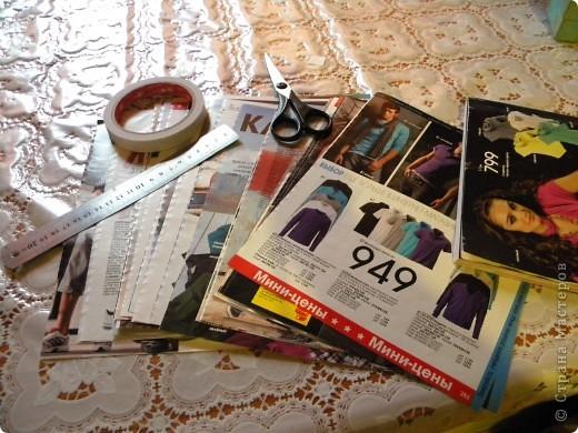 В последнее время мои салфетки очень мне мешаются, хранить их толком негде, а накопилось их достаточное количество, так что очень остро встал вопрос о том, чтобы их как-то хранить все в одном месте и максимально компактно. И тогда подумалось, что может быть из журналов старых что-нибудь сплести... Насмотрелась мастер-классов, взяла спицу... и через пару часов сдалась. Трубочки никак не получаются, все какие-то разные получаются, то толстые, то тонкие, то рвутся... В общем, я поняла, что плетение из трубочек - это не мое. Недавно видела здесь еще другой мастер-класс, но ссылку на него никак не могу найти... Поэтому расскажу, не претендуя на авторство, как это сделала я фото 3
