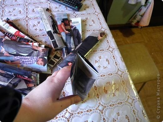 В последнее время мои салфетки очень мне мешаются, хранить их толком негде, а накопилось их достаточное количество, так что очень остро встал вопрос о том, чтобы их как-то хранить все в одном месте и максимально компактно. И тогда подумалось, что может быть из журналов старых что-нибудь сплести... Насмотрелась мастер-классов, взяла спицу... и через пару часов сдалась. Трубочки никак не получаются, все какие-то разные получаются, то толстые, то тонкие, то рвутся... В общем, я поняла, что плетение из трубочек - это не мое. Недавно видела здесь еще другой мастер-класс, но ссылку на него никак не могу найти... Поэтому расскажу, не претендуя на авторство, как это сделала я фото 5