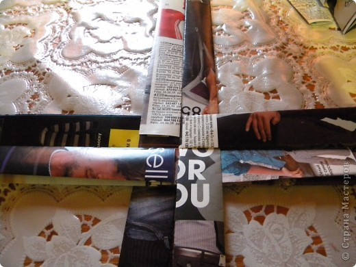 В последнее время мои салфетки очень мне мешаются, хранить их толком негде, а накопилось их достаточное количество, так что очень остро встал вопрос о том, чтобы их как-то хранить все в одном месте и максимально компактно. И тогда подумалось, что может быть из журналов старых что-нибудь сплести... Насмотрелась мастер-классов, взяла спицу... и через пару часов сдалась. Трубочки никак не получаются, все какие-то разные получаются, то толстые, то тонкие, то рвутся... В общем, я поняла, что плетение из трубочек - это не мое. Недавно видела здесь еще другой мастер-класс, но ссылку на него никак не могу найти... Поэтому расскажу, не претендуя на авторство, как это сделала я фото 9