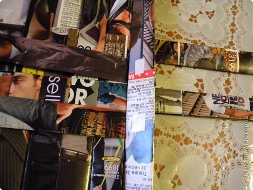 В последнее время мои салфетки очень мне мешаются, хранить их толком негде, а накопилось их достаточное количество, так что очень остро встал вопрос о том, чтобы их как-то хранить все в одном месте и максимально компактно. И тогда подумалось, что может быть из журналов старых что-нибудь сплести... Насмотрелась мастер-классов, взяла спицу... и через пару часов сдалась. Трубочки никак не получаются, все какие-то разные получаются, то толстые, то тонкие, то рвутся... В общем, я поняла, что плетение из трубочек - это не мое. Недавно видела здесь еще другой мастер-класс, но ссылку на него никак не могу найти... Поэтому расскажу, не претендуя на авторство, как это сделала я фото 10