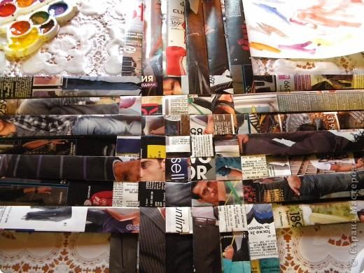 В последнее время мои салфетки очень мне мешаются, хранить их толком негде, а накопилось их достаточное количество, так что очень остро встал вопрос о том, чтобы их как-то хранить все в одном месте и максимально компактно. И тогда подумалось, что может быть из журналов старых что-нибудь сплести... Насмотрелась мастер-классов, взяла спицу... и через пару часов сдалась. Трубочки никак не получаются, все какие-то разные получаются, то толстые, то тонкие, то рвутся... В общем, я поняла, что плетение из трубочек - это не мое. Недавно видела здесь еще другой мастер-класс, но ссылку на него никак не могу найти... Поэтому расскажу, не претендуя на авторство, как это сделала я фото 11
