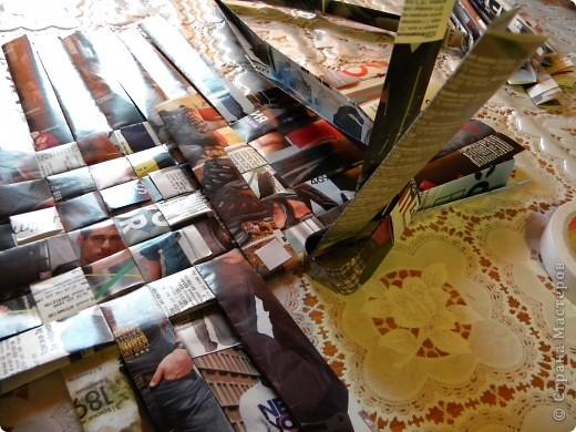 В последнее время мои салфетки очень мне мешаются, хранить их толком негде, а накопилось их достаточное количество, так что очень остро встал вопрос о том, чтобы их как-то хранить все в одном месте и максимально компактно. И тогда подумалось, что может быть из журналов старых что-нибудь сплести... Насмотрелась мастер-классов, взяла спицу... и через пару часов сдалась. Трубочки никак не получаются, все какие-то разные получаются, то толстые, то тонкие, то рвутся... В общем, я поняла, что плетение из трубочек - это не мое. Недавно видела здесь еще другой мастер-класс, но ссылку на него никак не могу найти... Поэтому расскажу, не претендуя на авторство, как это сделала я фото 12