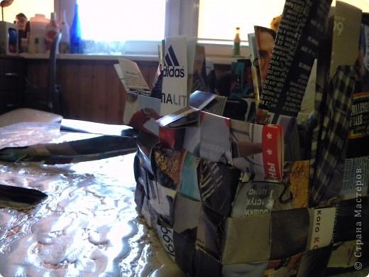 В последнее время мои салфетки очень мне мешаются, хранить их толком негде, а накопилось их достаточное количество, так что очень остро встал вопрос о том, чтобы их как-то хранить все в одном месте и максимально компактно. И тогда подумалось, что может быть из журналов старых что-нибудь сплести... Насмотрелась мастер-классов, взяла спицу... и через пару часов сдалась. Трубочки никак не получаются, все какие-то разные получаются, то толстые, то тонкие, то рвутся... В общем, я поняла, что плетение из трубочек - это не мое. Недавно видела здесь еще другой мастер-класс, но ссылку на него никак не могу найти... Поэтому расскажу, не претендуя на авторство, как это сделала я фото 14