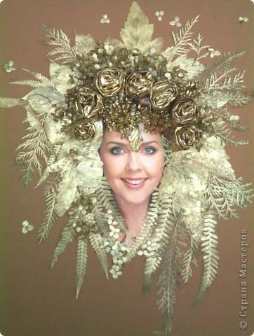 Девушка-осень   Коллаж выполнен из цветов и листьев растений, предварительно окрашенных золотой акриловой краской-аэрозолем.Розы сделаны из кленовых листьев, свернутых в сыром виде и высушенных.На основу прикрепляли при помощи Мастер- клея. Авторы: Некрасов Виктор и Степина Оля, 6 класс фото 1