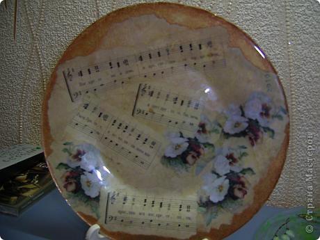 Эти тарелочки делала в прошлом году для своих девчонок в храме. Они были в восторге от подарка! Это обратный декупаж, т.е. вся работа делается на нижней стороне тарелки фото 14