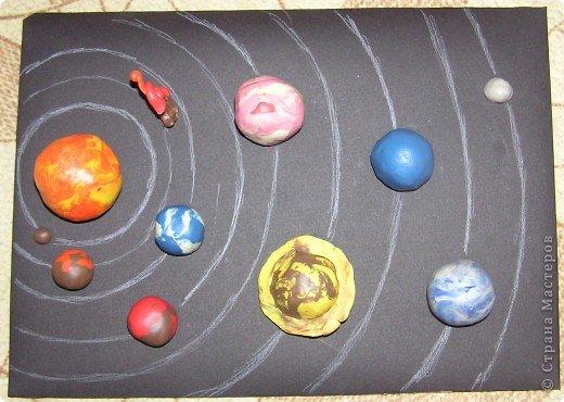 """Мы с Максимом часто рассматриваем поделки ребят из Страны Мастеров. Особенно ему были интересны поделки космических конкурсов. А недавно по """"Окружающему миру"""" ему задали слепить звёзды. Он решил слепить солнечную систему. Всё делал исключительно сам. Получил пятёрку. И вот по просьбе Максима выкладываю его работу. фото 1"""