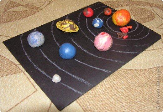 """Мы с Максимом часто рассматриваем поделки ребят из Страны Мастеров. Особенно ему были интересны поделки космических конкурсов. А недавно по """"Окружающему миру"""" ему задали слепить звёзды. Он решил слепить солнечную систему. Всё делал исключительно сам. Получил пятёрку. И вот по просьбе Максима выкладываю его работу. фото 3"""