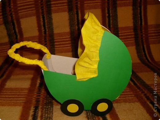 Из цветного картона сделала коляску для пупсика фото 1