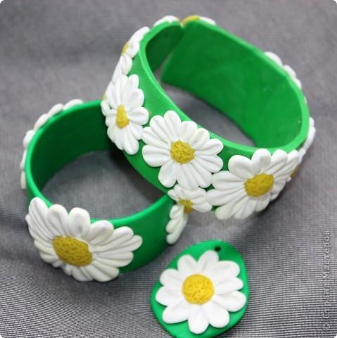 Посмотрела эту ( http://stranamasterov.ru/node/75696?c=favorite )  работу и влюбилась. Сделала браслет себе и дочке, ну и кулончик в придачу.   Огромное спасибо MaryBond за потрясающую идею.