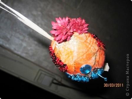 Выдула из яйца содержимое. Обклеила салфеткой и наклеила все,что было под рукой. фото 4