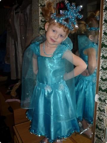 На первый Новогодний утренник решила сама сшить платье для любимой доченьки! До этого платья никогда не шила,и вот что получилось! Корона тоже ручной работы. фото 1
